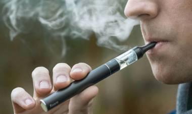 Fumaba un cigarrillo electrónico, le explotó y murió